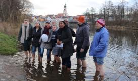 Februar 2018 Cold Water Challenge - Vereinsvorstand im eiskalten Regen (Bild: Multikulti Verein)