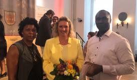Juni 2017 Preisverleihung (bayerische Integrations- und Asylpreis) - Anne und Patrick Dawah posieren mit Kerstin Schreyer, ehem. Integrationsbeauftragte der bayerischen Regierung (Bild: Multikulti Verein)